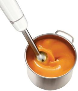 Stabmixer püriert Suppe